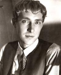 Романист и афорист  Анатолий Юркин на фото 1985 года, размещенное С. Окуневым в сообществе одноклассников
